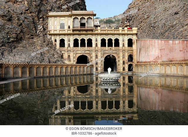 Temple, Galta Canyon, Jaipur, Rajasthan, North India, Asia