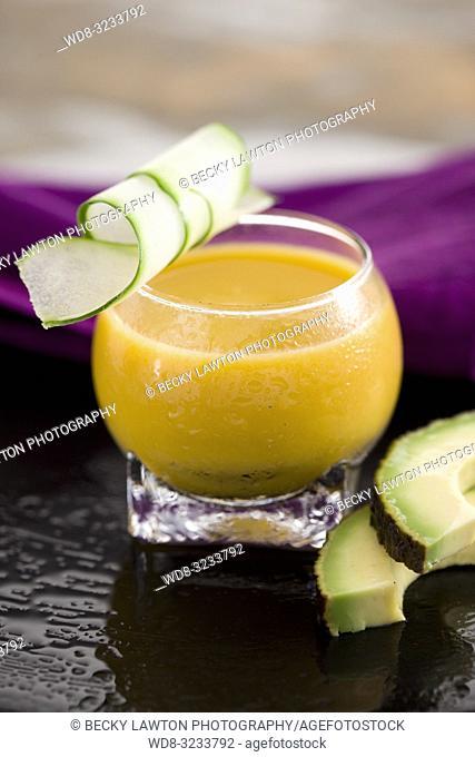 zumo de aguacate, zanahoria, apio y pepino. / Avocado, carrot, celery and cucumber juice