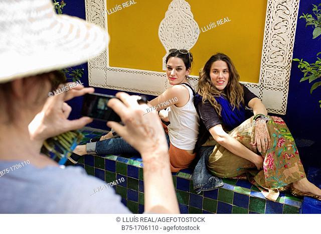 turista de vacaciones fotografiando a dos chicas jovenes, holiday tourist photographing two young girls