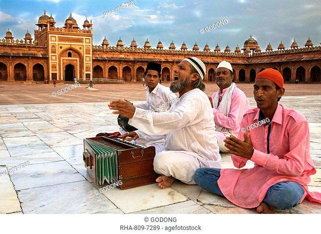 Qawali musician performing in the courtyard of Fatehpur Sikri Jama Masjid (Great Mosque), Fatehpur Sikri, UNESCO World Heritage Site, Uttar Pradesh, India, Asia