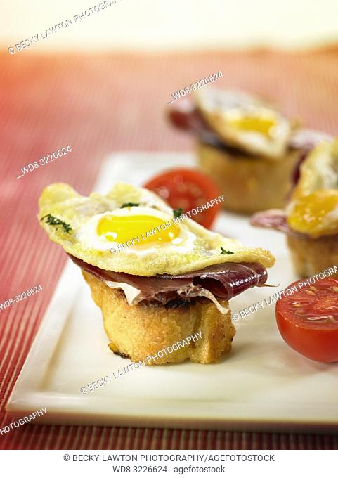 montadito de jamon iberico con huevo frito de codorniz / montadito of iberian ham with fried egg of quail