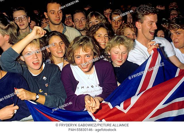 Fans of Paul McCartney on 18.05.1989 in Köln / Cologne. | usage worldwide. - Köln / Cologne/Nordrhein-Westfalen/Germany