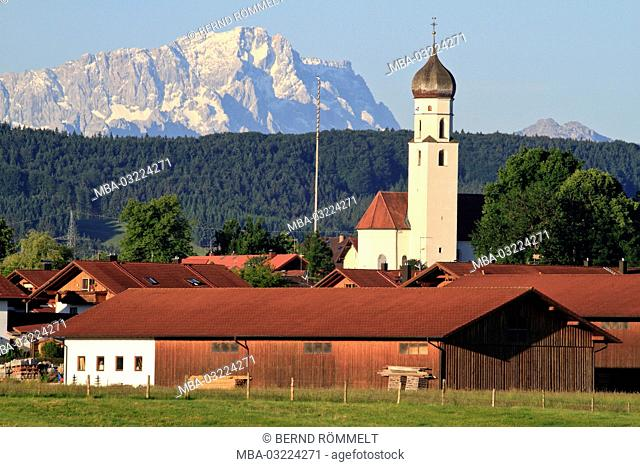 Germany, Bavaria, Upper Bavaria, Pfaffenwinkel region, 'Blaues Land', Antdorf, Zugspitze, church Saint Peter and Paul