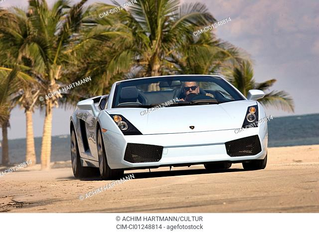 Lamborghini Gallardo Spider, model year 2005-, hellblue moving, diagonal from the front, frontal view, landsapprox.e, open top, Beach, Palm trees