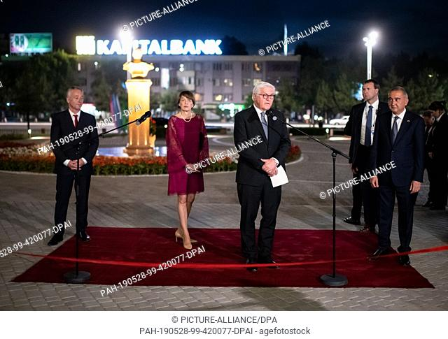 28 May 2019, Uzbekistan, Taschkent: Federal President Frank-Walter Steinmeier (2nd from right) and his wife Elke Büdenbender (2nd from left) together with...