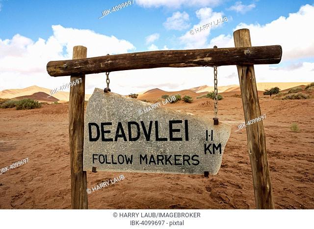 Guidepost to Dead Vlei, sand dunes, Dead Vlei, Sossusv lei, Namib Desert, Namib-Naukluft National Park, Namibia