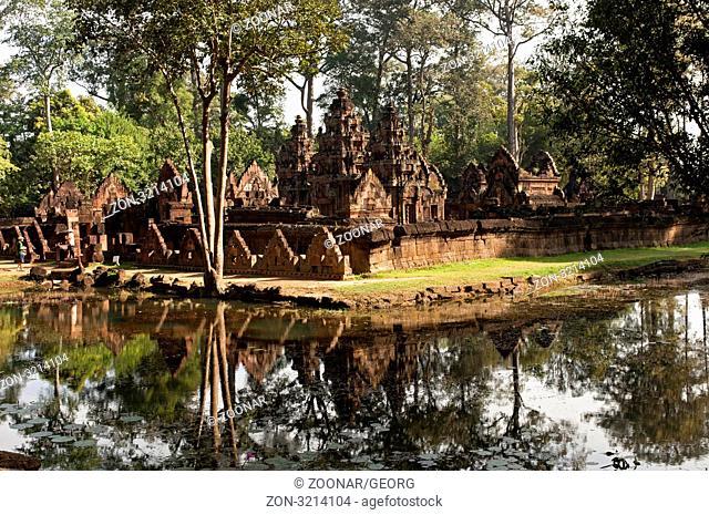 Die geheimnisvollen Tempelanlage Banteay Srei Tempel, Zitadelle der Frauen, hinter einem Burggraben, Angkor, Siem Reap, Kambodscha / The secretive Banteay Srei...