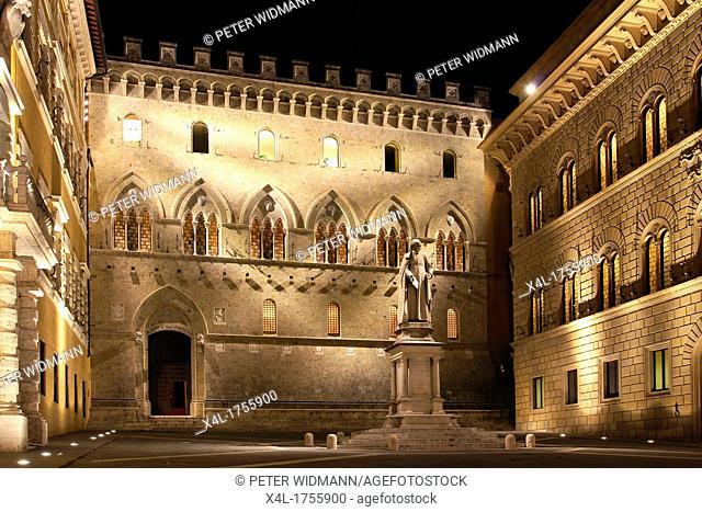 Italy, Tuscany, Siena, Banca Monte dei Paschi di Siena, Palazzo Salimbeni with a statue of the canon Sallustion Bandini