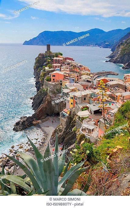 Cliff side fishing village, Vernazza, Liguria, Italy, Europe