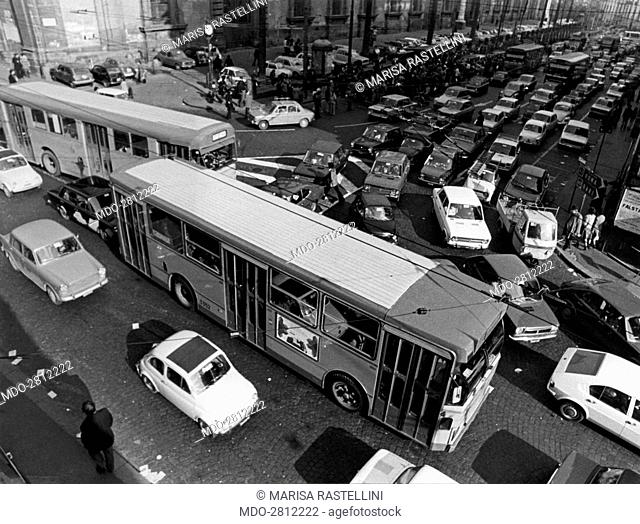 Car traffic in via Roma at noon. Naples, February 1975