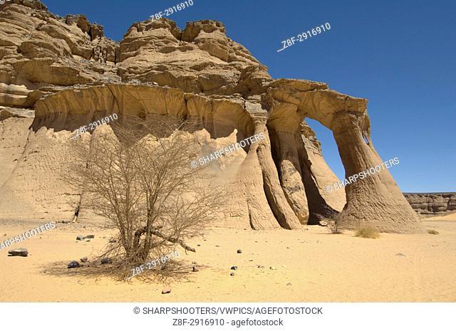 Tin Ghalega rock formation, Red Rhino Arch, Wadi Teshuinat, Akakus, Sahara desert, Fezzan, Libya