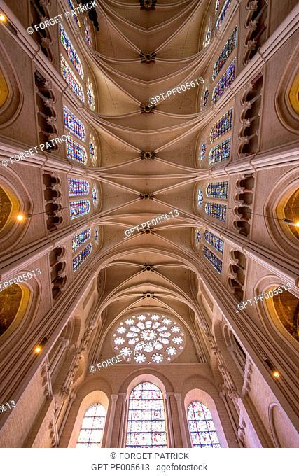 VAULTED CEILING AND STAINED GLASS IN THE NAVE OF THE NOTRE-DAME CATHEDRAL, CHARTRES (28), FRANCE