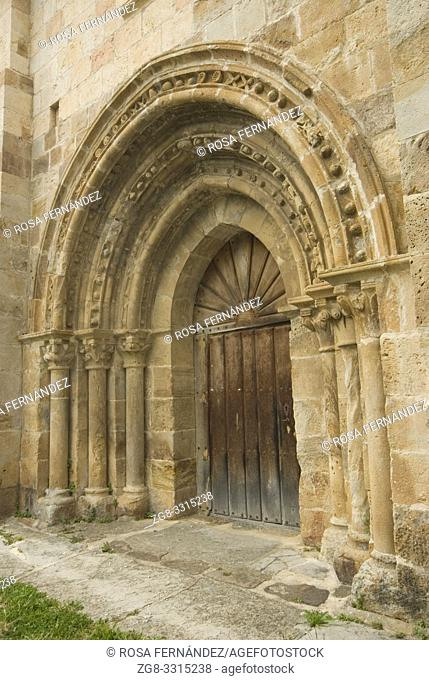 Door with slightly pointed archivolts, Church of San Lorenzo, in Late-Romanesque style, XIII Century, Vallejo de Mena, Las Merindades, province of Burgos