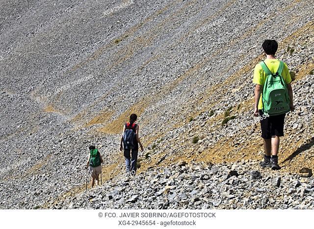 Trekkers near Collado del Ibón. Macizo de Cotiella. Valle de Gistaín. Pyrenees Mountains. Huesca Province. Aragón. Spain