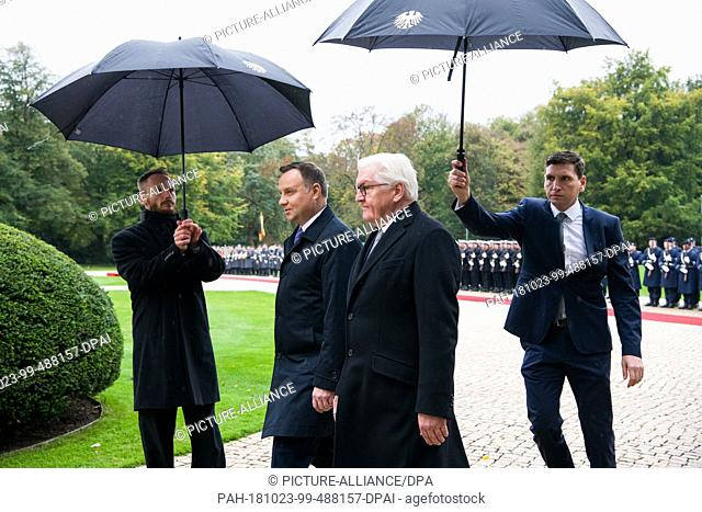 23 October 2018, Berlin: Polish President Andrzej Duda (l) is received with military honours by Federal President Frank-Walter Steinmeier at Bellevue Castle