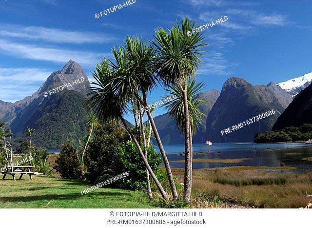 Milford Sound with Mitre Peak, Fjordland National Park, South Island, New Zealand / Milford Sound mit dem Mitre Peak, Fjordland-Nationalpark, Südinsel