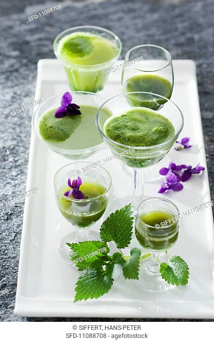 Green power drinks with wild herbs