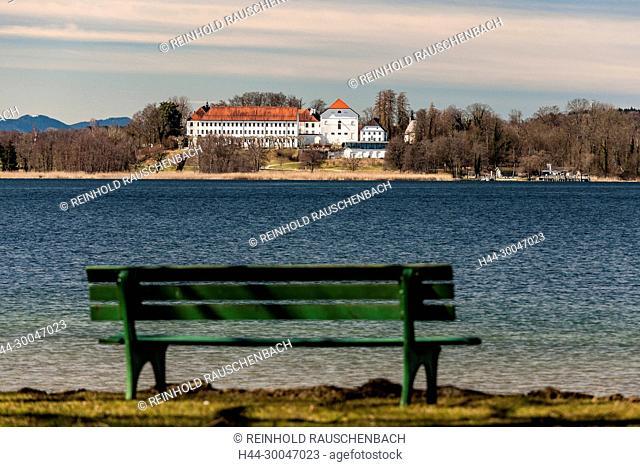 Aussichtsbank mit Blick auf Herrenchiemsee. Überall an den Ufern der Insel am Inselrundweg -auf dem selbst das Radfahren verboten ist- laden Ruhebänke direkt am...
