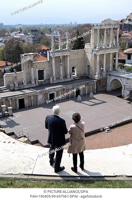 05 April 2019, Bulgaria, Plowdiw: Federal President Frank-Walter Steinmeier (l) stands with a tourist guide in the Roman amphitheatre of Plovdiv