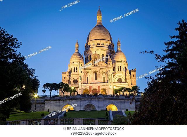 Twilight over Basilique du Sacre Coeur, Montmartre, Paris, France