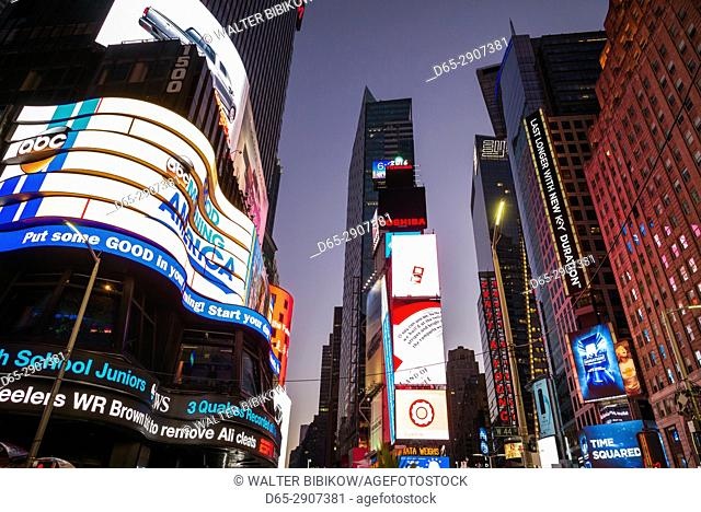 USA, New York, New York City, Mid-Town Manhattan, Times Square, buildings