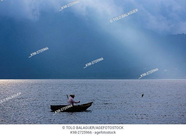 cayuco en el lago Atitlán, Santiago Atitlan, departamento de Sololá, Guatemala, Central America