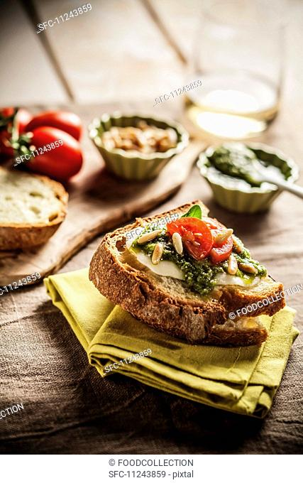 Bruschetta al pesto (toast with basil pesto)