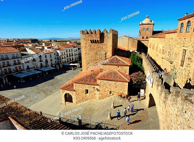Muralla, palacio episcopal, y torre de bujaco, en la parte antigua de Cáceres, Extremadura