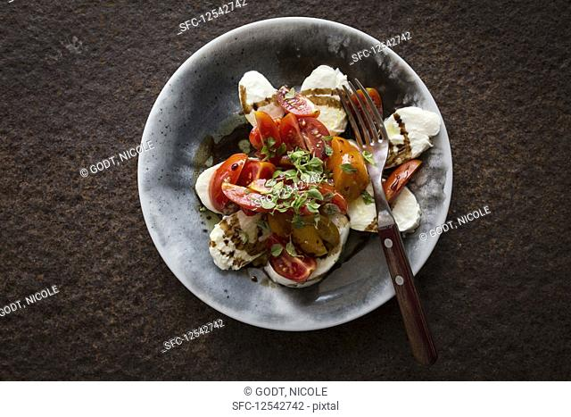 Tomatoes with mozzarella (seen from above)