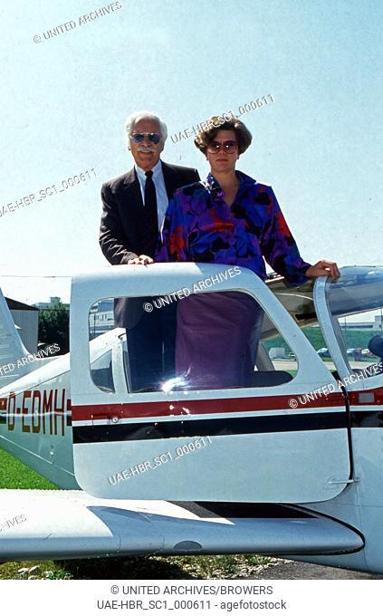 Der deutsche Schauspieler und Synchronsprecher Friedrich Schönfelder mit seiner Frau Monika auf dem Flughafen, Deutschland 1980er Jahre