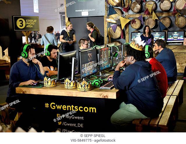 Deutschland, Koeln, 22.08.2017 Die Gamescom ist das weltweit groeßte Event fuer Computer- und Videospiele. Foto: Jugendliche beim Computerspiel - Koeln, Germany