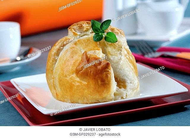 Apples filled with cream and wrapped with puff pastry
