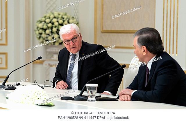 28 May 2019, Uzbekistan, Taschkent: Federal President Frank-Walter Steinmeier (l) and Shavkat Mirsijoev, President of Uzbekistan