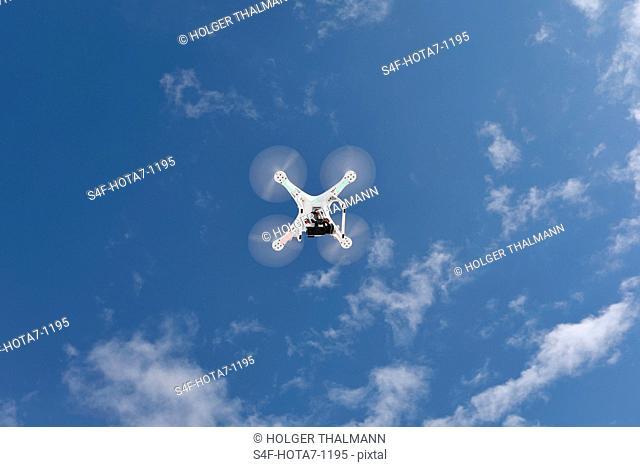 Drohne fliegt in Himmel mit Wolken