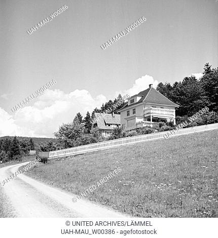 Malerischer Blick auf ein Haus am Ortsrand einer Kleinstadt, Deutschland 1930er Jahre. Scenic view to house near a small town, Germany 1930s