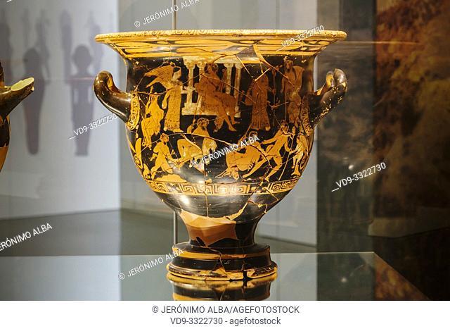 Crátera de campana. Iberian ceramics, burial chamber from the Iberian cemetery of Piquía. The Iberian Museum. Jaén, southern Andalusia. Spain Europe