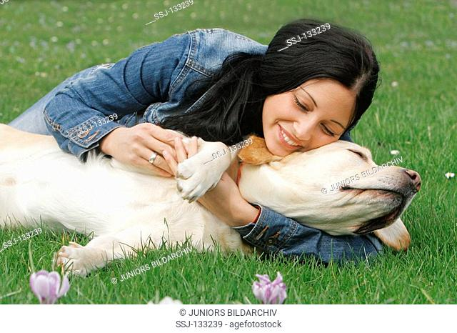 young woman and Labrador Retriever on meadow restrictions: Tierratgeber-Bücher / animal guidebooks