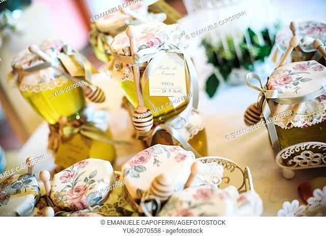 Confetti wedding table with confetti and honey pots