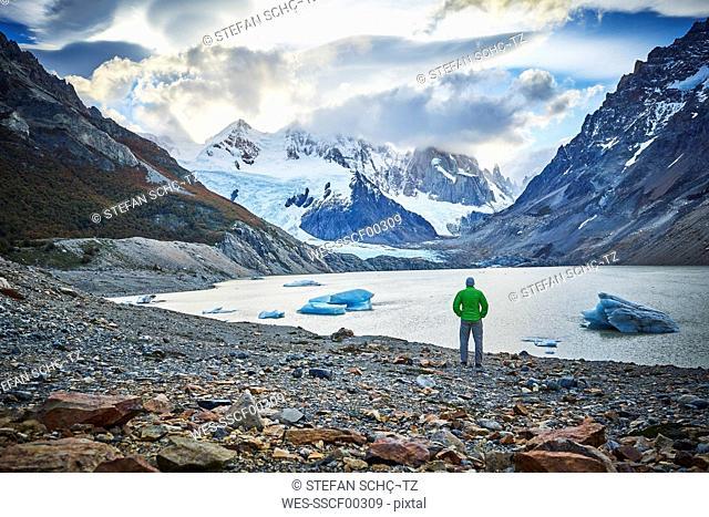 Argentinien, El Chalten, man standing at glacial lake looking towards Cerro Torre