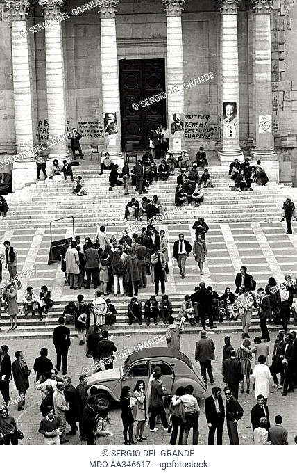 The risk of a revolution in Paris has been averted. A group of students are sat down together with less young demonstrators on the stairs at the entrance of the...
