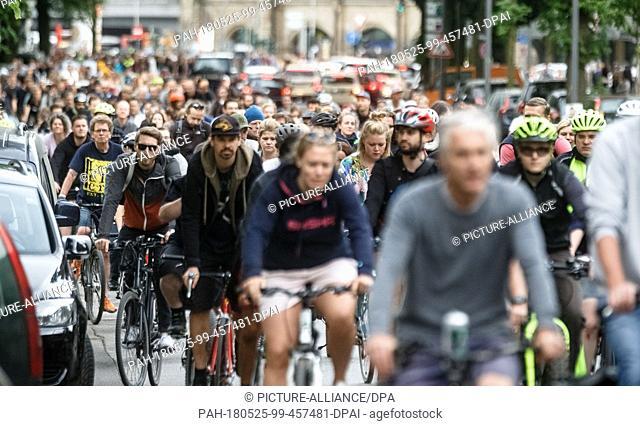 25 May 2018, Germany, Hamburg: Hundreds of participants riding through Hamburg in a Critical Mass bicycle demonstration. Photo: Markus Scholz/dpa