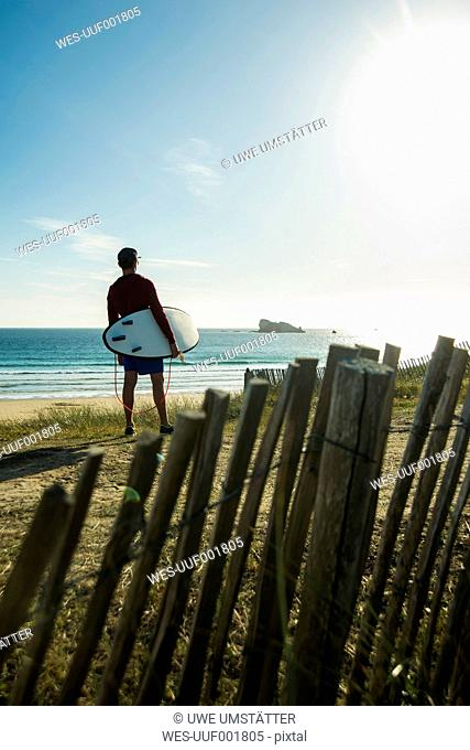 France, Brittany, Camaret-sur-Mer, surfer at the coast