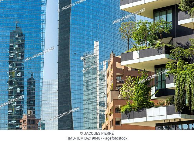 Italy, Lombardy, Milan, district of Porta Nuova, Il Bosco Verticale, two towers drawn by Boeri Studio they possess 8900m2 of standing terraces of 900 trees and...
