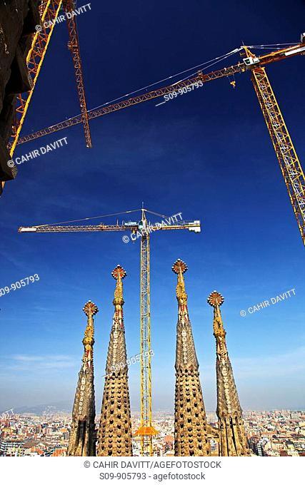 Spain, Cataluna, Barcelona, Sagrada Familia, Construction cranes on the site of the Sagrada Familia