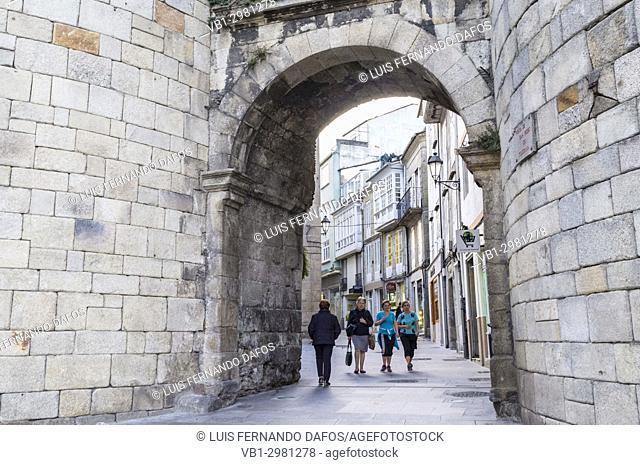 San Pedro Gate (18yh century) at the Roman walls, used by the pilgrims of the Camino de Santiago to enter the city. Lugo, Galicia, Spain, Europe