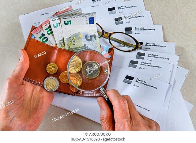 Symbolfoto, Rente, Seniorin, Haende, Geld, Portemonnaie, Lupe, Rentenbescheid