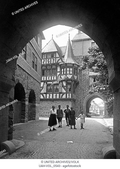 Frauen und Mädchen im Hof von Schloss Burg bei Solingen im Bergischen Land, Deutschland 1920er Jahre. Women and girls at the inner courtyard of Schloss Burg...