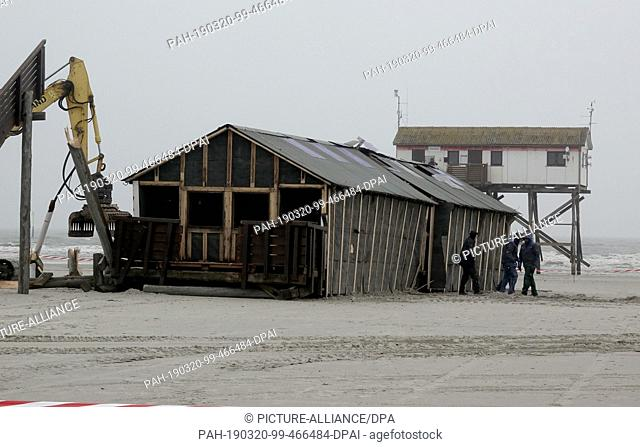20 March 2019, Schleswig-Holstein, St.Peter-Ording: A pile dwelling lies on the beach of St.Peter-Ording. The building with toilets and changing rooms will be...