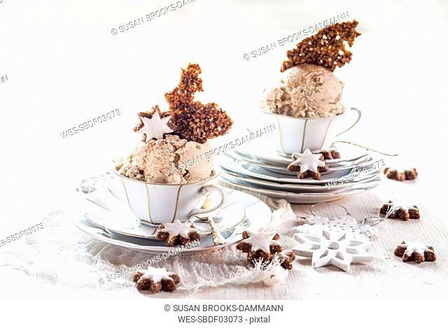 Tea cups of cinnamon star ice cream with caramelized nuts