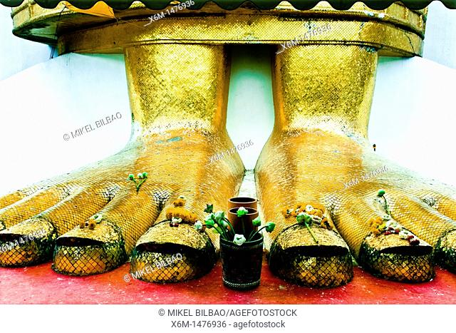 Standing Buddha Luang Pho or Phrasiariyametri feet  Wat Intharawihan temple, Nakhon district, Bangkok, Thailand, Asia
